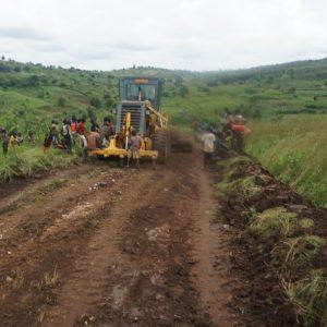 Drum spre biserica din satul Lumara, tribul Lugbara